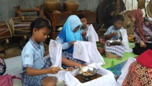 Peserta workshop batik tulis. Kegiatan seperti ini jarang didapatkan dibangku sekolah