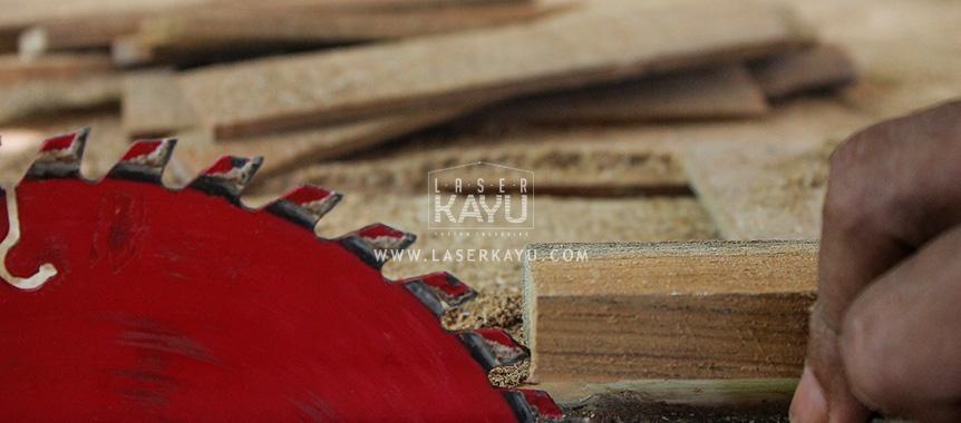 Perusahaan Pembuat Souvenir Kerajinan Limbah Kayu Jati dibentuk jam duduk yang unik dari perusahaan kreatif Laser Kayu Jepara, Indonesia
